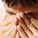 При попадании щелочи в глаза необходимо