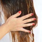 Наносить масло на влажные волосы