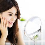 Японка делает массаж лица